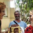 Claudia Raia segura bolo durante parabéns de Isabelle Drummond