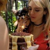 Sem folga, com bolo! Isabelle Drummond faz aniversário e ganha mimo em gravação