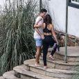 Abraçados, Cauã Reymond e Mariana Goldfarb entram em hotel em Minas Gerais, onde acontecerá o casamento