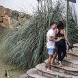 Cauã Reymond sorri com Mariana Goldfarb ao subir as escadas de hotel