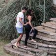 Cauã Reymond faz carinho em Mariana Goldfarb ao chegar em hotel onde os dois irão se casar após um passeio