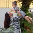 Yanna Lavigne e a filha, Madalena, usaram short saia xadrez com prega e blusa listrada de manga da Amaro