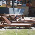 Grazi Massafera foi à praia da Barra da Tijuca, na Zona Oeste do Rio, nesta quarta-feira, 8 de outubro de 2014. De regata e shortinho, a atriz se exercitou na areia ao lado da amiga Anna Lima. Depois, só de biquíni, Grazi deitou em uma espreguiçadeira para se bronzear