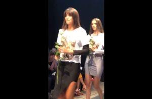 Modelos homenageiam Caroline Bittencourt com flores e vídeo durante desfile