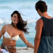 Isis Valverde curte praia em clima de romance com marido, André Resende. Fotos!