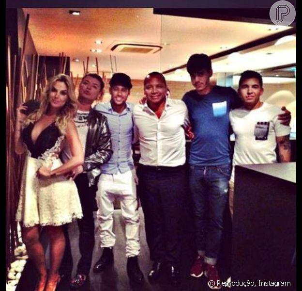 Robertha Portella viajou para Espanha, onde se encontrou com Neymar. A atriz, no entanto, nega ter um romance com o jogador. 'É só amizade', garante Robertha ao Purepeople