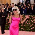 Lady Gaga surpreendeu durante caminhada à entrada do baile e tranformou o vestido preto elegante em um tubinho rosa pink anos 90