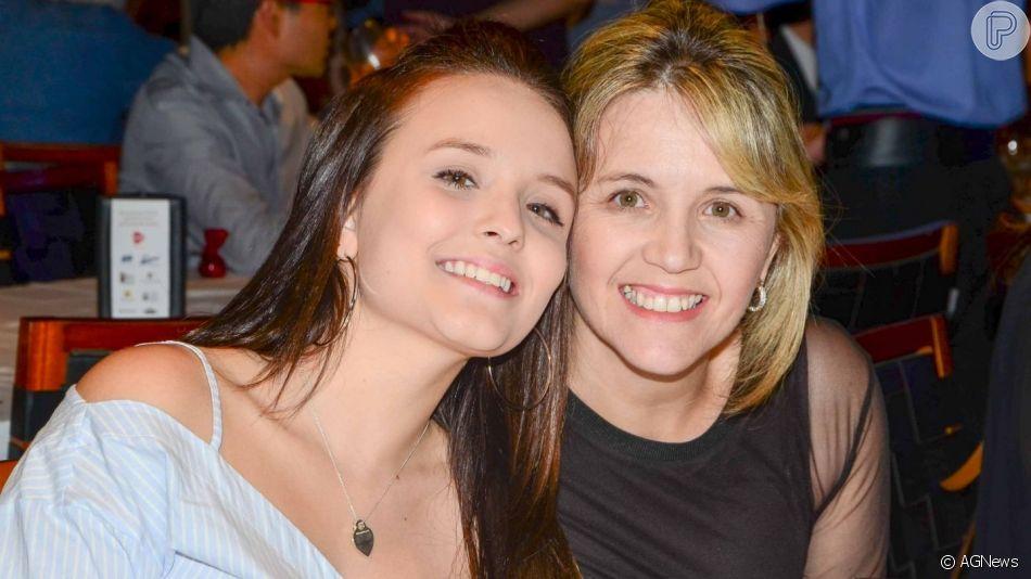 Larissa Manoela se surpreende ao notar semelhança com a mãe, Silvana, em vídeo nesta sexta-feira, dia 10 de maio de 2019