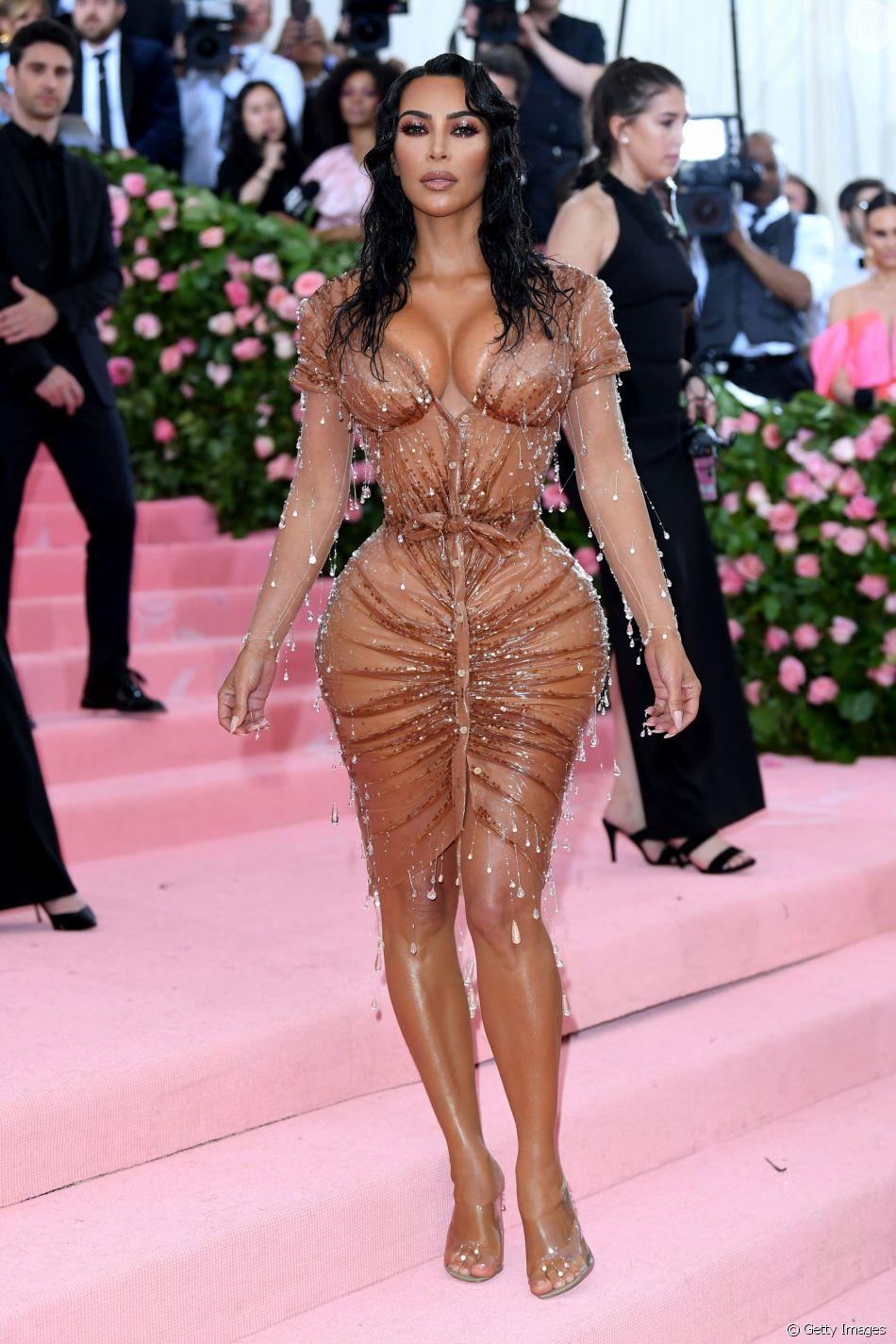 Naked heels: Kim Kardashian aderiu à sandália transparente