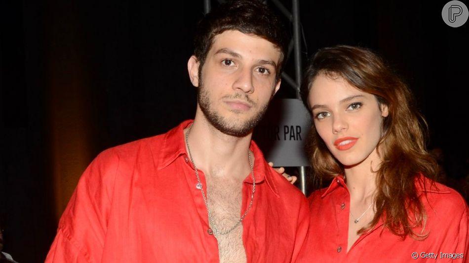 Laura Neiva e Chay Suede vestem vermelho no desfile da Handred
