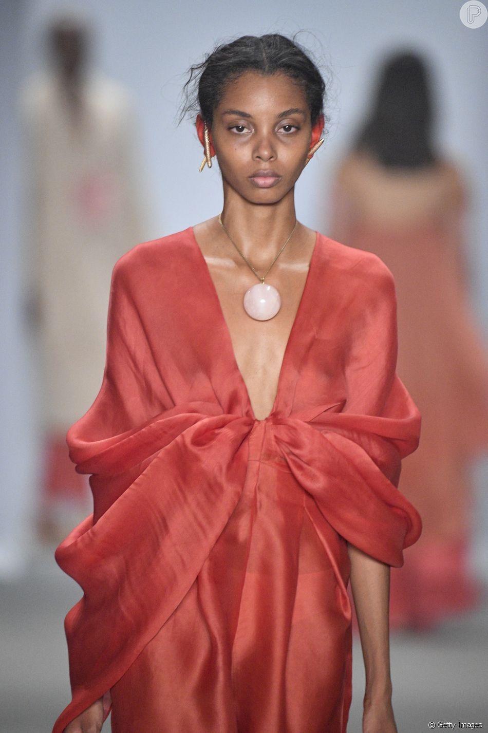 Looks em vermelho total são tendência nas passarelas. Flavia aranha no São Paulo Fashion Week