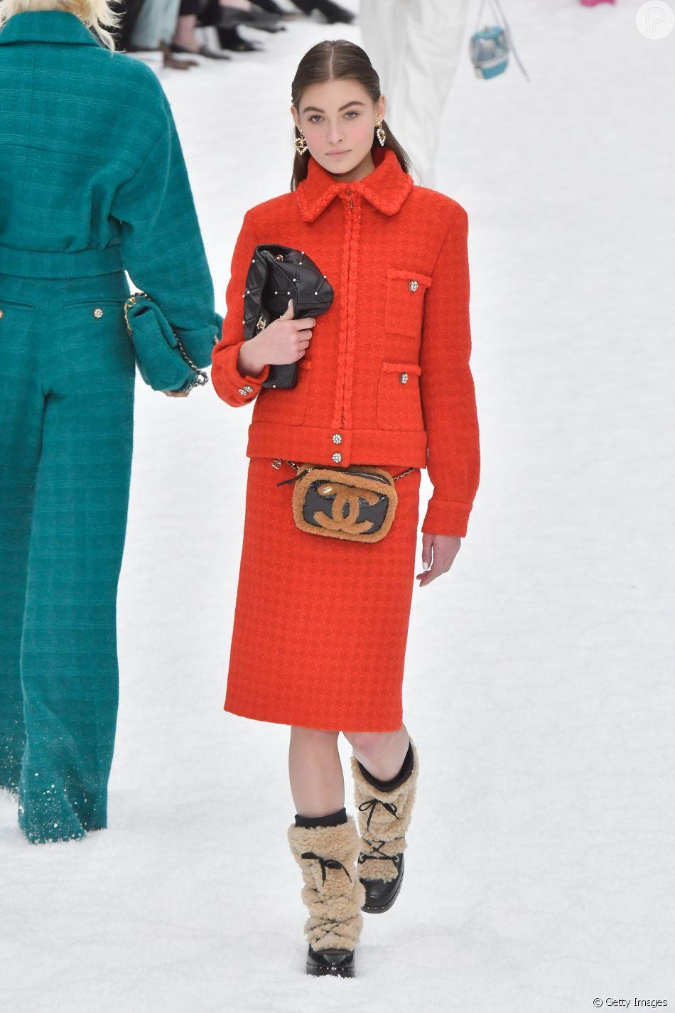 Clássico tailleur Chanel em vermelho total