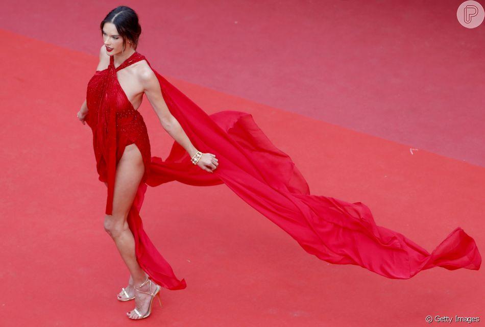 Alessandra Ambrosio no tapete vermelho de Cannes