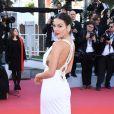 Isis Valverde elegeu vestido Azarro Couture com trançado nas costas e bordado com brilhos