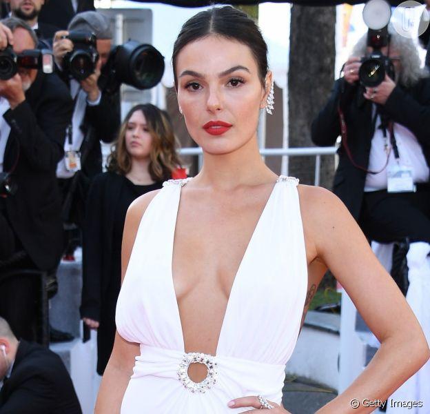 Isis Valverde esbanja sensualidade com vestido all white em Cannes