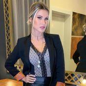 Lingerie e bolsa grifada: os detalhes do look de Andressa Suita em desfile. Veja