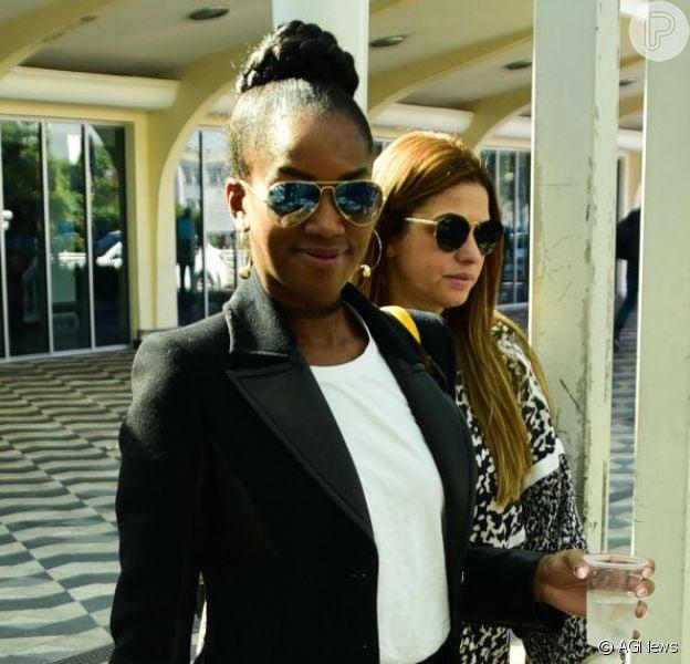 Iza usou look cheio de estilo e desembarcou no aeroporto de Congonhas, em São Paulo, nesta quarta-feira (22).