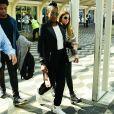 O preto esteve presente no blazer e na calça usada por Iza nesta quarta-feira (22) para desembarcar em São Paulo.