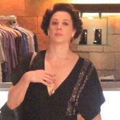 Sem perder a classe, Claudia Raia faz compras de bob no cabelo e bolsa grifada