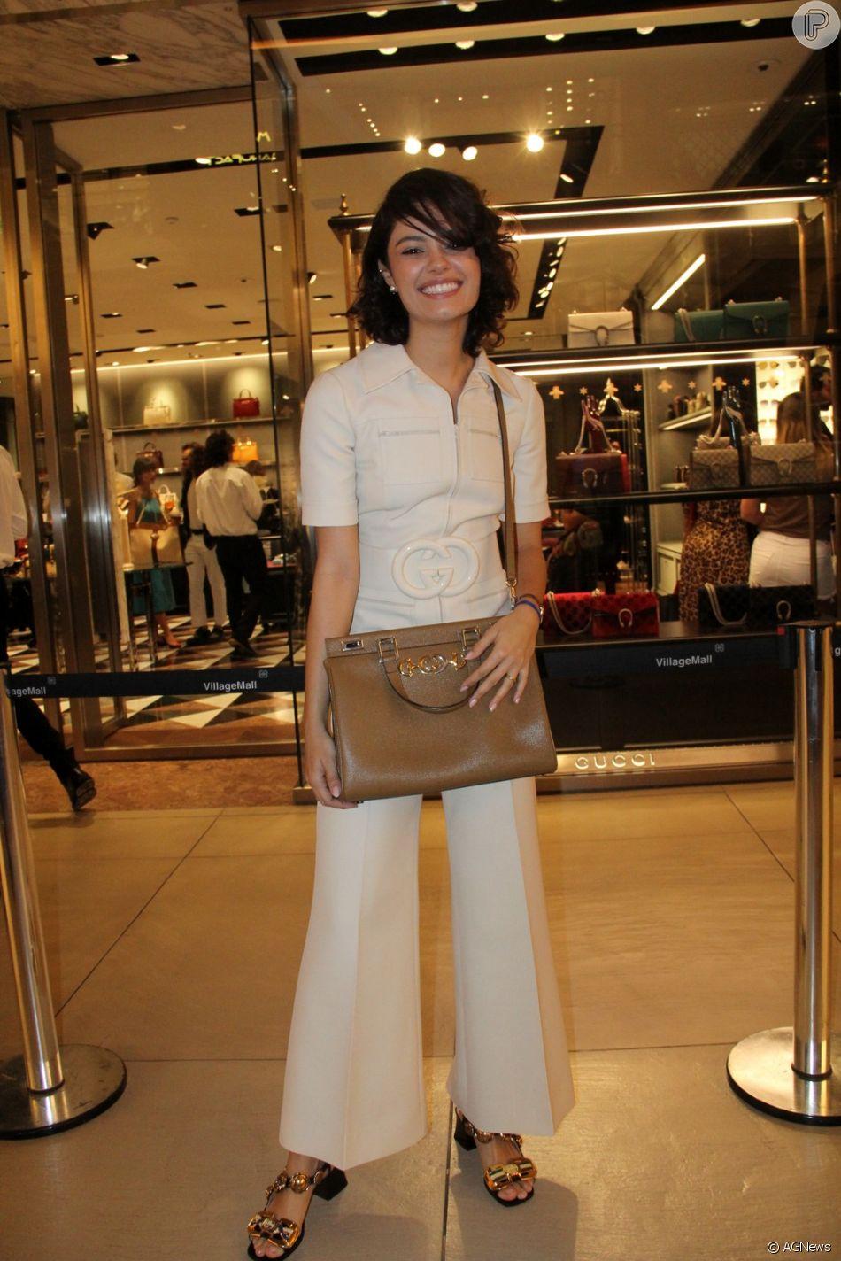 Sophie Charlotte vestiu um macacão branco - cor feita exclusivamente para o Brasil com cinco unidades - com cinto de seda de lã