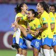 Marta vibra ao fazer o gol de pênalti acompanhada das demais jogadoras da seleção