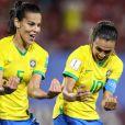 Marta e Thaisa comemoraram o gol com uma homenagem à afilhada da camisa 5