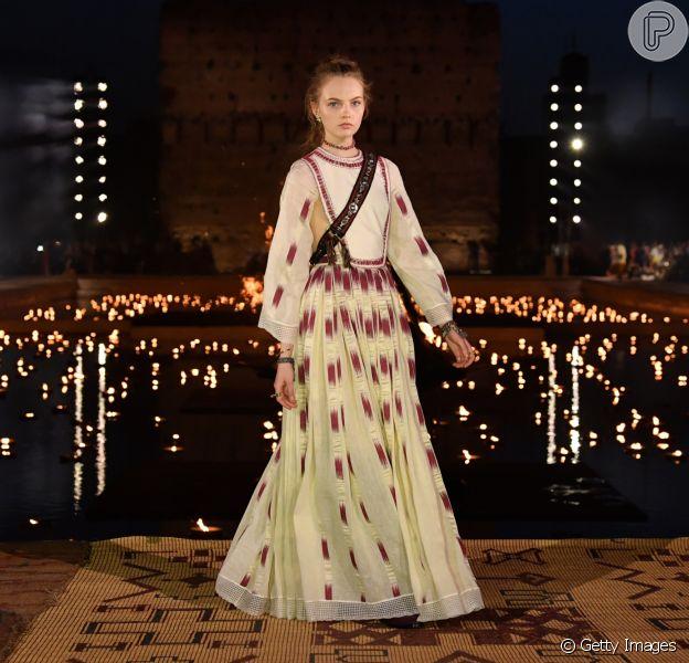Vestido longo com pegada boho na passarela da Dior