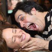 Mateus Solano 'ataca' e beija a mulher, Paula Braun, após estreia de peça. Fotos