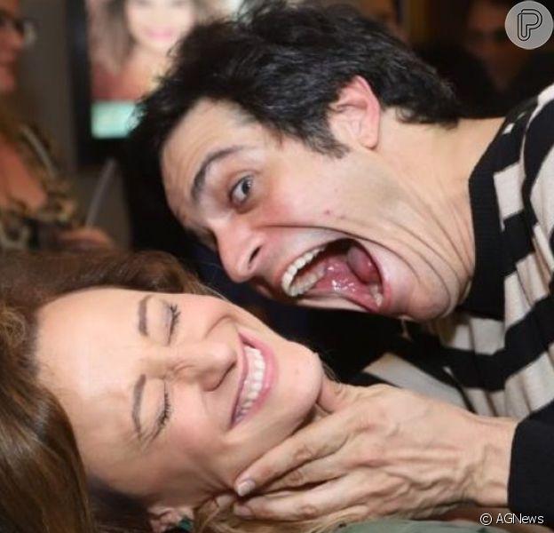 Mateus Solano beijou e 'atacou' a mulher, Paula Braun, em pré-estreia da peça 'O Mistério de Irma Vap', nesta quinta-feira, 20 de junho de 2019