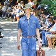 Macacão jeans também já apreceu na coleção masculina de verão 2020 da Fendi