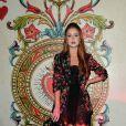 Marina Ruy Barbosa combinou vestido preto e blazer floral durante temporada para a semana de moda de Milão em 2017