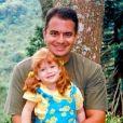 Marina Ruy Barbosa, desde bem novinha, era produzida com looks cheios de personalidade pela mãe, Gioconda. No clique com o pai, Paulo, a ruivinha usa jardineira floral