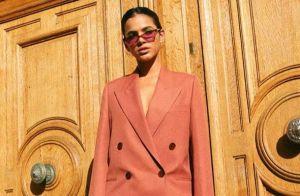 É trend! Bruna Marquezine escolhe look terracota grifado para desfile em Paris