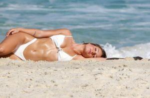 De biquíni cavado, Bruna Griphao exibe corpo torneado em ensaio na praia. Fotos!