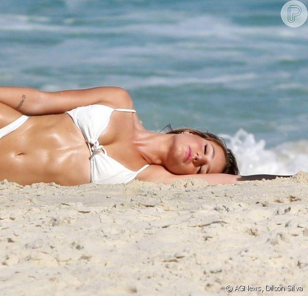 Bruna Griphao exibiu o corpo seco e o bumbum definido durante ensaio de fotos em praia no Rio de Janeiro, nesta quarta-feira (03).