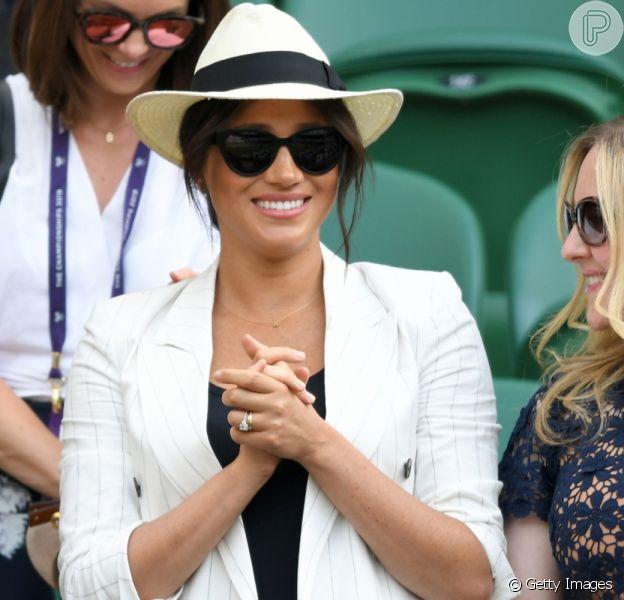 Meghan Markle homenageia filho, Archie, com joia em look para Wimbledon nesta quinta-feira, dia 04 de julho de 2019