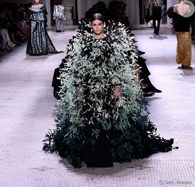 As plumas marcaram presença na semana de alta-costura em Paris, o look é Givenchy