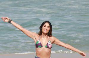 Patricia Poeta usa maiô engana-mamãe com trend para trabalho na praia. Fotos!