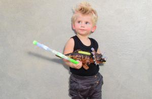 Rocker boy! Look e cabelo de filho de Karina Bacchi se destacam em evento. Fotos
