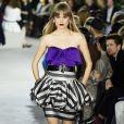 O retorno do cetim à moda: com os dois pés nos anos 80 no look da coleção cruise 2020 da Louis Vuitton