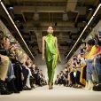 O retorno do cetim à moda: o vestido de festa e Brandon Maxwell é igualmente minimalista e vibrante