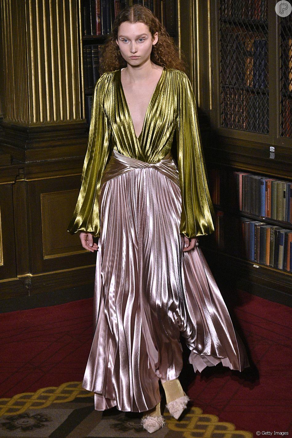 O retorno do cetim à moda: bem brilhante, o look plissado de Peter Pilotto mistura duas cores