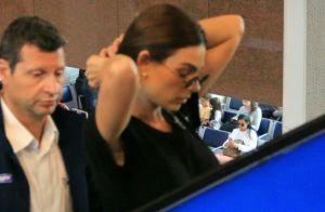 Isis Valverde combina mom jeans com bolsa animal print em aerolook. Inspire-se!
