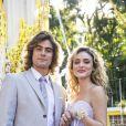 Último capítulo da novela 'Verão 90' mostrou casamento de Manu (Isabelle Drummond) e João (Rafael Vitti) após uma série de idas e vindas