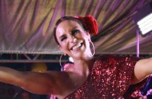 Ivete Sangalo elege look de um ombro só para show no Fortal. Veja fotos!