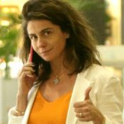 Sem make e messy hair, Giovanna Antonelli aposta em look casual chic no shopping