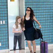 Alessandra Negrini embarca toda apressada com filha em aeroporto do Rio