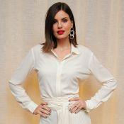 Look all white! Camila Queiroz usa vestido branco e batom vermelho em coquetel