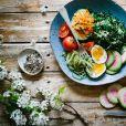 Proteínas e gorduras boas como ovos, abacate e castanha são uma boa opção de cardápio para dieta.