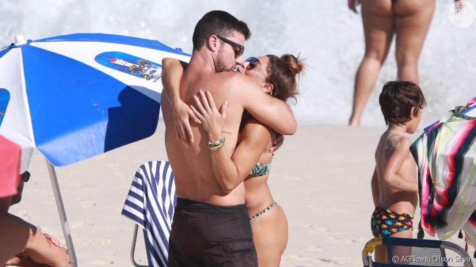 Juliana Paes troca beijos com o marido, Carlos Eduardo Baptista, em praia do Rio de Janeiro, em 10 de agosto de 2019